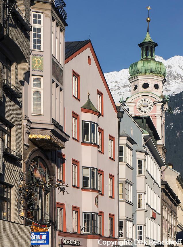 Barocke Spitalkirche (Erbaut 1700 von J.M. Gumpp d.Ält.) auf der Maria-Theresien-Straße vor dem Karwendel-Gebirge, Innsbruck, Tirol, Österreich