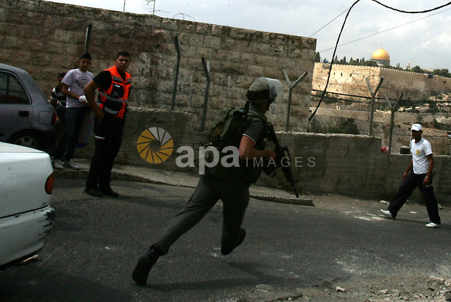An Israeli border policeman run to take position during clashes with Palestinian stone throwers in the east Jerusalem neighborhood of Ras al-Amud on September 23, 2011, just hours before the president, Mahmoud Abbas, was to deliver his widely anticipated request to the UN. Photo by Mahfouz Abu Turk