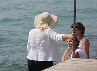 BARDOLINO LAGO DI GARDA (VERONA)  BAGNANTI IN RIVA AL LAGO E SUI MARCIAPIEDI   FOTO CIRO DE LUCA