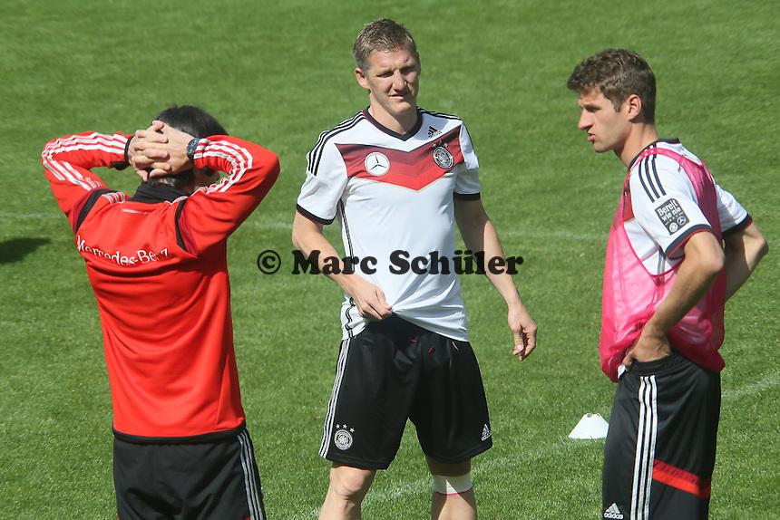 Bundestrainer Joachim Löw mit Bastian Schweinsteiger und Thomas Müller - Training der Deutschen Nationalmannschaft  zur WM-Vorbereitung in St. Martin