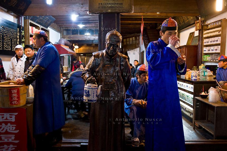 Venditori di t&egrave; lungo l'antica Strada Imperiale nel centro storico della citt&agrave;.<br /> Tea shop in the center of Hangzhou