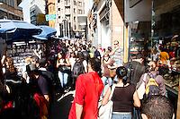 SAO PAULO, SP, 11 MAIO DE 2012 - COMPRAS RUA 25 DE MARÇO - DIA DAS MÃES -  Movimentação na manhã desta sexta-feira (11), na Rua 25 de Março região central de São Paulo para as compra do dia das mães.(FOTOS: AMAURI NEHN/BRAZIL PHOTO PRESS)