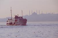 Europe/Turquie/Istanbul : Navigation sur le Bosphore avec en fond la basilique Sainte-Sophie et la Mosquée Bleue