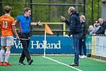BLOEMENDAAL - scheidsrechter Jonas van 't Hek met coach Michel van den Heuvel (Bldaal)  tijdens de hoofdklasse competitiewedstrijd hockey heren,  Bloemendaal-Den Bosch (2-1) COPYRIGHT KOEN SUYK