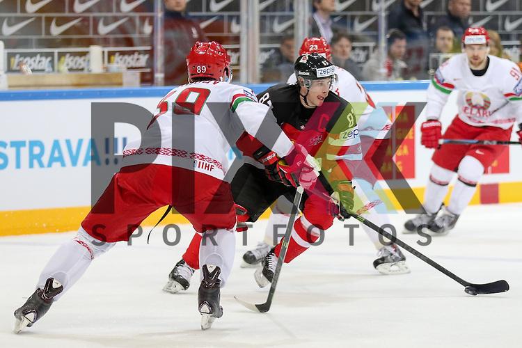 Canadas Crosby, Sidney (Nr.87) im Zweikampf mit Belarus Korobov, Dmitri (Nr.89)(Atlant Mytishi)  im Spiel IIHF WC15 Canada vs. Belarus.<br /> <br /> Foto &copy; P-I-X.org *** Foto ist honorarpflichtig! *** Auf Anfrage in hoeherer Qualitaet/Aufloesung. Belegexemplar erbeten. Veroeffentlichung ausschliesslich fuer journalistisch-publizistische Zwecke. For editorial use only.