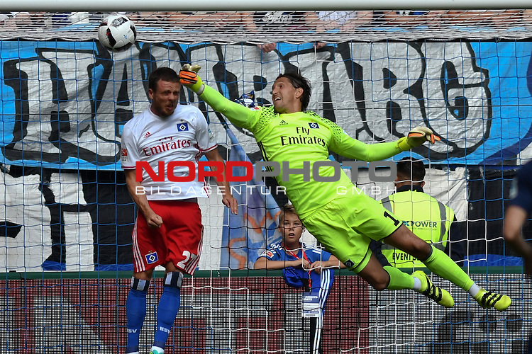 17.09.2016,  GER; 1.FBL Hamburger SV vs RB Leipzig , im Bild Torhueter Rene Adler (Hamburg #01) wehrt einen Ball ab Foto © nordphoto / Witke