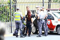 SÃO PAULO, SP - 22.02.2014 - MANIFESTAÇÃO CONTRA COPA- Segunda manifestação Contra a Copa. Policiais fazem revista em pessoas que portavam mochila na area da manifestação na Pça da Republica - FOTO: (Aloisio Mauricio / Brazil Photo Press)