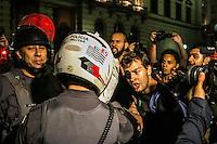 SÃO PAULO, SP, 05.11.2014 - ATO PELA FALTA DE ÁGUA EM SÃO PAULO - Manifestantes entram em confronto com a policia após realizarem passeata na região central  devido a falta de água em São Paulo, na noite desta quarta-feira (5). (Foto: Taba Benedicto/ Brazil Photo Press)