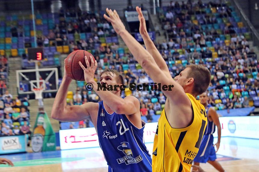 Danilo Barthel (Skyliners) gegen Tim Koch (Ludwigsburg) - Fraport Skyliners vs. MHP Riesen Ludwigsburg, Fraport Arena Frankfurt