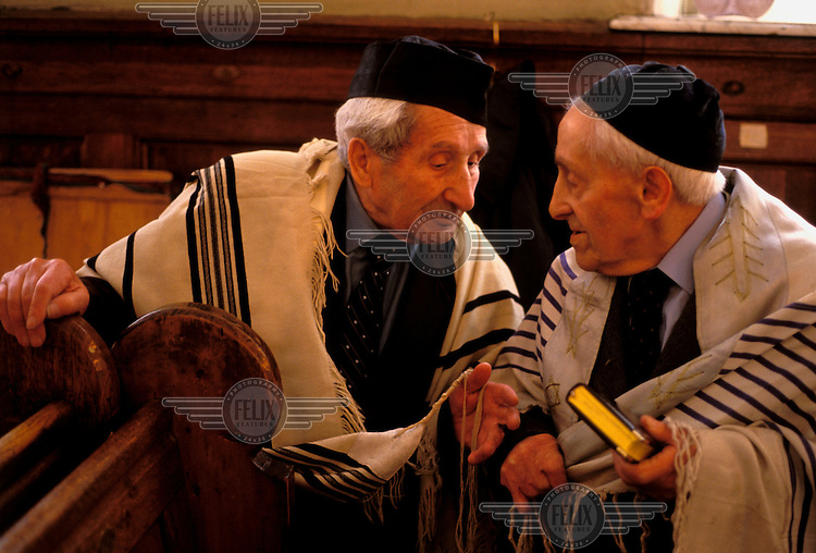 © Paul Lowe / Panos Pictures..Moscow, RUSSIA. ..Elderly Jewish men chatting in the main synagogue.