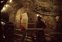 SUDAFRICA - Kimberley, miniera di diamanti di Bultfontein ( Miniere De Beers): un minatore al lavoro in una galleria della miniera.