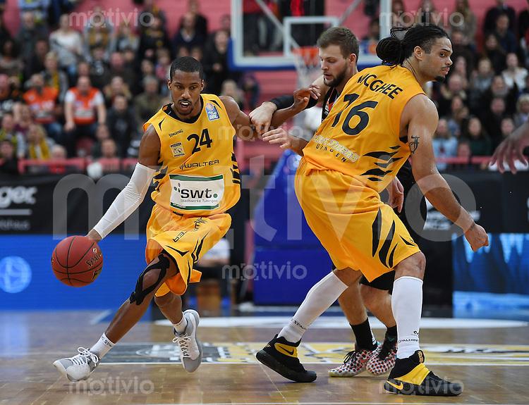 Basketball  1. Bundesliga  2016/2017  Hauptrunde  12. Spieltag  04.12.2016 Walter Tigers Tuebingen - ratiopharm Ulm Barry Stewart (li, Tigers) gegen Taylor Braun (Mitte, Ulm) und Gary McGhee (re, Tigers)