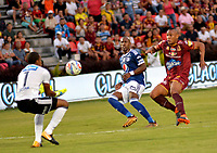 IBAGUE - COLOMBIA, 21-04-2018: Angelo Rodriguez (Der.) jugador de Deportes Tolima disputa el balón con Wuilker Fariñez (Izq.) y Felipe Banguero (Cent.) jugadores de Millonarios, durante partido entre Deportes Tolima y Millonarios, de la fecha 17 por la Liga Aguila I 2018, jugado en el estadio Manuel Murillo Toro de la ciudad de Ibague. / Angelo Rodriguez (R) player of  Deportes Tolima vies for the ball with Wuilker Fariñez (L) y  Felipe Banguero players of Millonarios, during a match between Deportes Tolima and Millonarios of the 17th date for the Aguila League I 2018,  played at Manuel Murillo Toro stadium in Ibague city. Photo: VizzorImage / Juan Carlos Escobar / Cont.