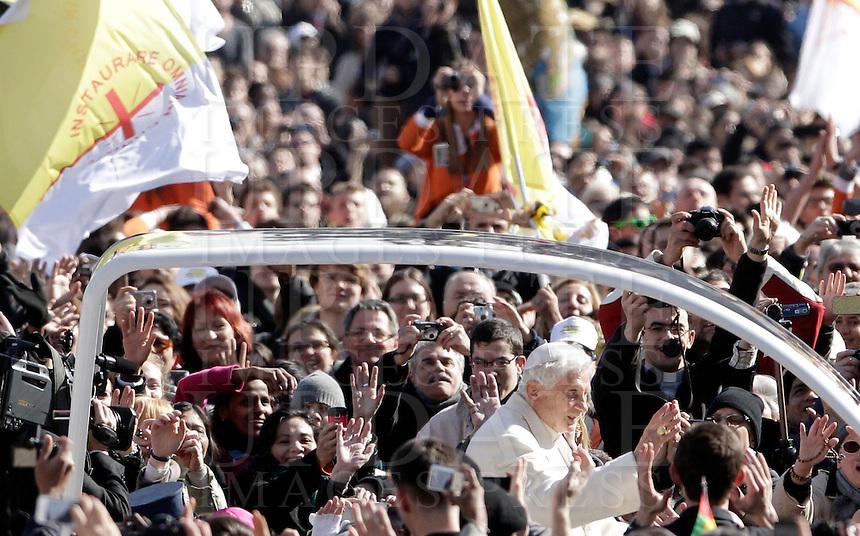 Papa Benedetto XVI tiene la sua ultima udienza generale del mercoledi' alla vigilia del suo ritiro dal Pontificato, in Piazza San Pietro, Citta' del Vaticano, 27 febbraio 2013..Pope Benedict XVI attends his last general Wednesday audience on the eve of his retirement from the Papacy, in St. Peter's square at the Vatican, 27 February 2013..UPDATE IMAGES PRESS/Riccardo De Luca -STRICTLY FOR EDITORIAL USE ONLY-