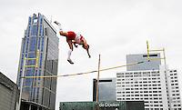 Nederland Rotterdam 2016 . De Rotterdamse Dakendagen. Het laatste kwalificatietoernooi Polsstokhoogspringen voor het EK Atletiek vind plaats in Rotterdam, midden in de stad, op een dak. Het dak van de parkeergarage Schouwburg plein. Foto Berlinda van Dam / Hollandse Hoogte