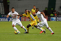 MANIZALES -COLOMBIA, 03-10-2013. Michael Guevara (D) de Once Caldas disputa el balón con Juan Mahecha (C) de Atlético Huila  válido por la fecha 13 de la Liga Postobón II 2013 jugado en el estadio Palogrande de la ciudad de Manizales./ Once Caldas player Michael Guevara (R) fights for the ball with Atletico Huila player Juan Mahecha (C) during match valid for the 13th date of the Postobon  League II 2013 at Palogrande stadium in Manizales city. Photo: VizzorImage/Yonboni/STR