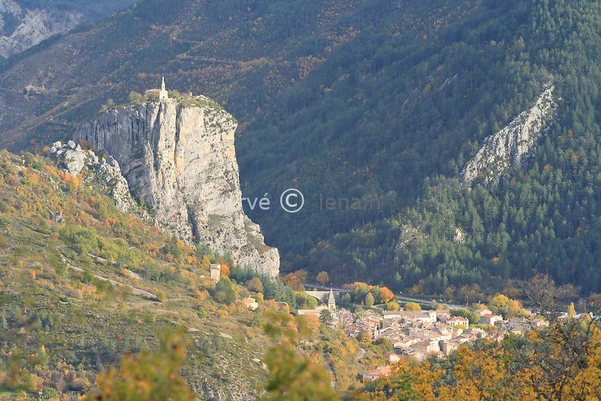 France, Alpes-de-Haute-Provence (04), Castellane, la chapelle Notre-Dame-du-Roc domine la petite ville // France, Alpes de Haute Provence, Castellane, chapel Notre Dame du Roc overlooking the little city