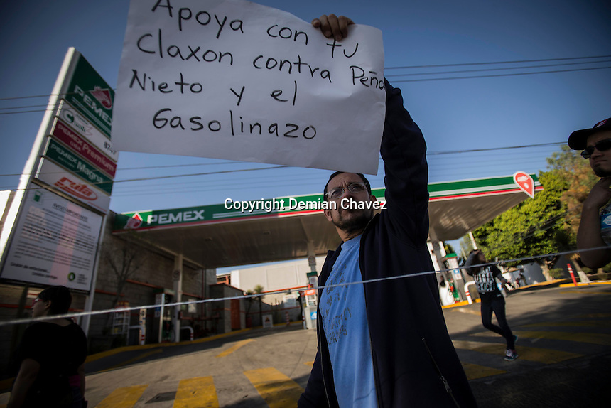 Quer&eacute;taro, Qro. 29 de enero de 2017.- Marcha &quot;Empuj&oacute;n&quot; contra el gasolinazo.<br /> Al menos una centena de ciudadanos protestan en contra del Gasolinazo las reformas estructurales. Organizados otra vez de sociales los ciudadanos salieron la tarde de este domingo a protestar en contra del alza del hidrocarburo.<br /> Llam&oacute; la atenci&oacute;n una pr&aacute;ctica inusual de la polic&iacute;a estatal que comenz&oacute; a registrar las placas de los veh&iacute;culos que acud&iacute;an a la protesta.<br /> Al menos una centena de ciudadanos protestan en contra del Gasolinazo las reformas estructurales. Organizados otra vez de sociales los ciudadanos salieron la tarde de este domingo a protestar en contra del alza del hidrocarburo.