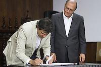 SAO PAULO, SP, 18 MARCO 2013 - ASSINATURA CONVENIO ATIVIDADE  DELEGADA -  O prefeito Fernando Haddad participa da assinatura do convenio de atividade delegada, um convenio que acrescenta novas atribuicoes a parceria da atividade delegada, firmada em 2009 pelo Governo do Estado e a  Prefeitura de SP  no palacio Bandeirantes nessa segunda 18. (FOTO: LEVY RIBEIRO / BRAZIL PHOTO PRESS)