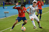 PEREIRA - COLOMBIA, 24-01-2020: Matias Cavalleri de Chile disputa el balón con Julian Alvarez de Argentina durante partido entre Chile y Argentina por la fecha 3, grupo A, del CONMEBOL Preolímpico Colombia 2020 jugado en el estadio Hernán Ramírez Villegas de Pereira, Colombia. / Matias Cavalleri of Chile fights the ball with Julian Alvarez of Argentina during the match between Chile and Argentina for the date 3, group A, for the CONMEBOL Pre-Olympic Tournament Colombia 2020 played at Hernan Ramirez Villegas stadium in Pereira, Colombia. Photos: VizzorImage / Mauricio Ortiz / Cont