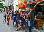 Carnaval de rua, foliões tirando selfie, São Paulo. 2018. © Juca Martins.