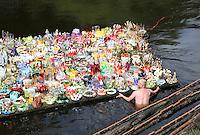 Nederland Den Bosch  2016 . De Bosch Parade op rivier de Dommel. De Bosch Parade is een kunstevenement in 's-Hertogenbosch. De optocht bestaat uit varende kunstwerken. Alle werken zijn geïnspireerd op de kunst van Jheronimus Bosch. Kunstwerk 500 Kronen.  Foto  Berlinda van Dam / Hollandse Hoogte