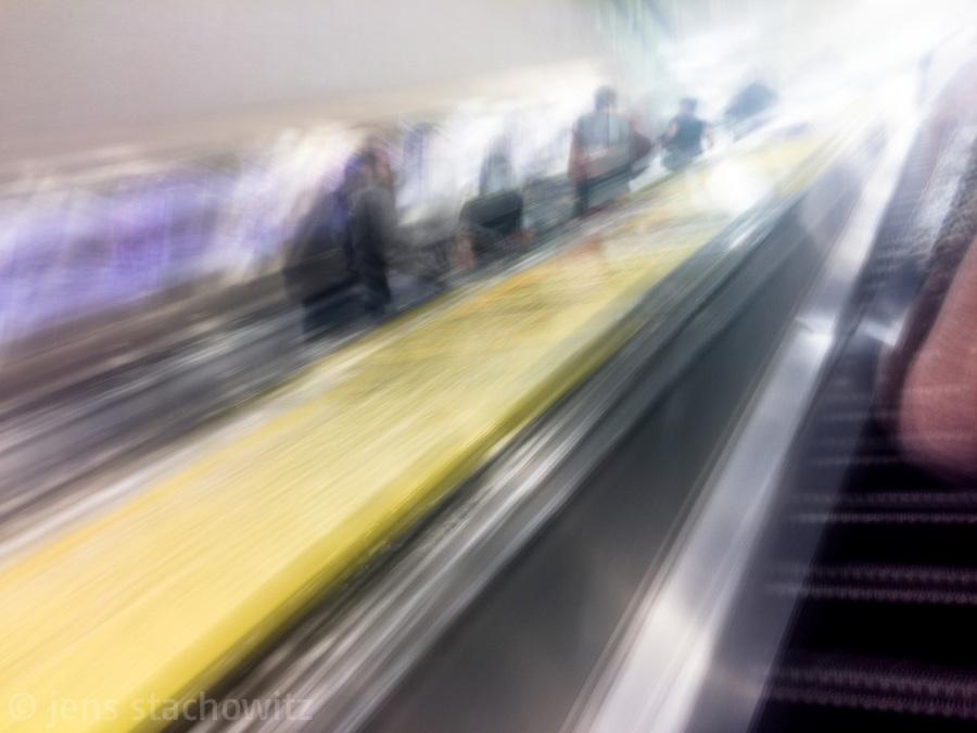 On the escalator upwards | Auf der Roltreppe aufwärts