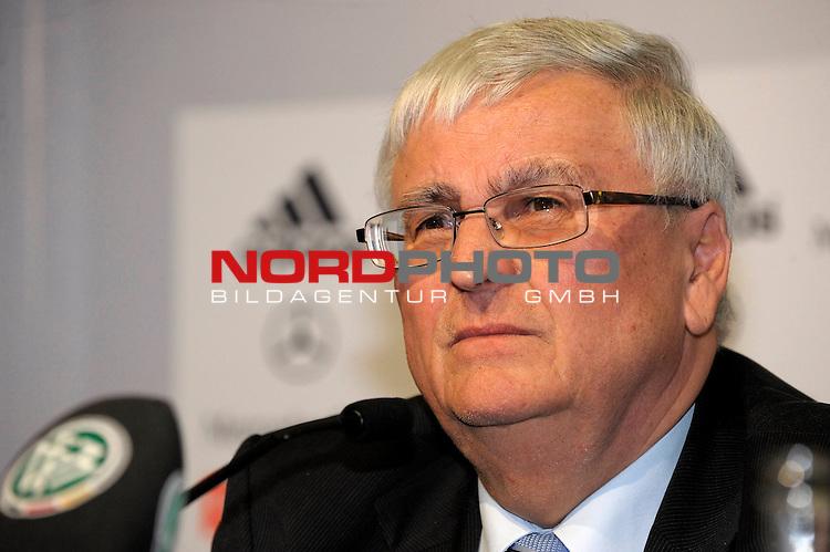 Pressekonferenz: Dr. Theo ZWANZIGER ( DFB-Praesident, GER) auessert sich zu dem aktuellen Schiedsrichterskandal um Manfred AMERELL                                                                                             Foto © nph (  nordphoto  )