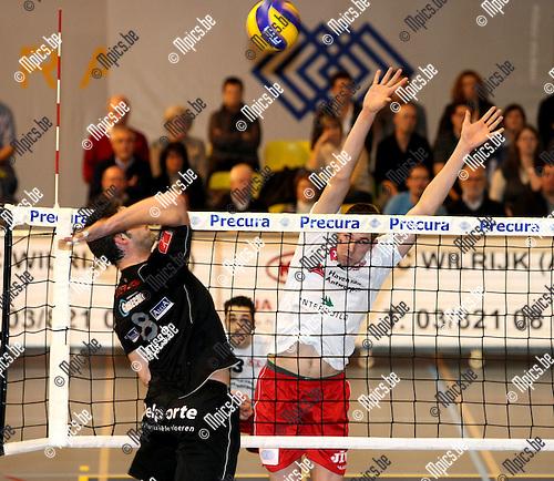 2008-12-20 / Volleybal / Precura Antwerpen - Menen / Bram Van den Dries verdedigt op de smash van Hollez..Foto: Maarten Straetemans (SMB)