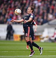 Fussball  1. Bundesliga  Saison 2015/2016  29. Spieltag  VfB Stuttgart  - FC Bayern Muenchen    09.04.2016 Mario Goetze (FC Bayern Muenchen) am Ball