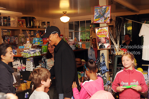 West Tisbury, MA - August 30, 2009 -- United States President Barack Obama takes his daughters and niece to buy some snacks at Alley's General Store August 30, 2009 in West Tisbury, Massachusetts. The president is spending his last day on Martha's Vineyard before returning to Washington later today. .Credit: Darren McCollester / Pool via CNP