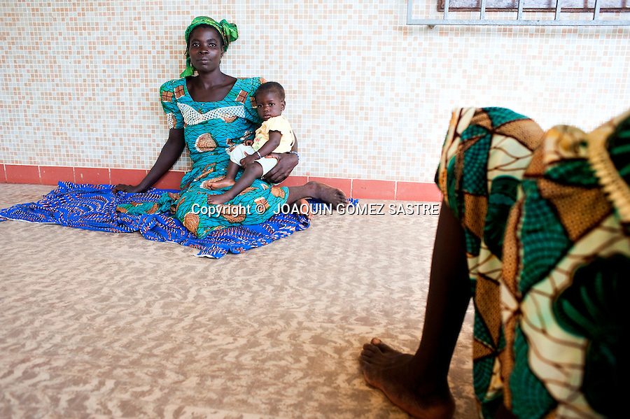 Una mujer enferma espera en el hospital de San Juan de Dios en Afagnan..foto © JOAQUIN GOMEZ SASTRE