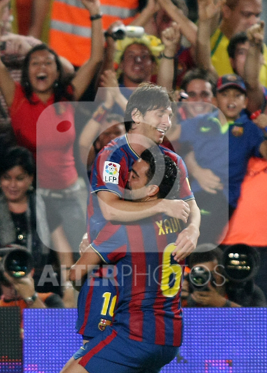 FC Barcelona's Leo Messi (t) and Xavi Hernandez (d) celebrate goal during the Supercup of Spain.August 23 2009. (ALTERPHOTOS/Acero)