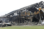 Foto: VidiPhoto<br /> <br /> ERICHEM &ndash; De brandweer is vrijdag nog lange tijd bezig geweest met het nablussen van de enorme brand in de stallen van De Knorhof aan de Erichemsewal in Erichem, bij Tiel. De brand is volgens de brandweer ontstaan in een stal achter het woonhuis. De oorzaak is nog niet bekend. Door niet ge&iuml;mpregneerde isolatiepanelen en de zogenoemde luchtwassers, die stank in de omgeving tegengaan, verspreidde de brand zich razendsnel door alle stallen. Binnen een half uur was het vuur verspreid door het hele complex. Daarbij kwamen 16.000 varkens om. Het bedrijf heeft vergunning voor 20.000 varkens. Het enorme complex telt ongeveer 120 bij 120 meter. Bij de brand is asbest in de directe omgeving vrijgekomen. Een extern bedrijf brengt het verspreidingsgebied in kaart. Verderop in het dorp zijn roetdeeltjes neergedaald. De brand in Erichem is de grootste varkensbrand ooit in ons land.
