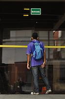 ATENÇÃO EDITOR FOTO EMBARGADA PARA VEÍCULOS INTERNACIONAIS - SAO PAULO, SP, 04 DE NOVEMBRO DE 2012 –ENEM SP: Estudante chega atrasada e não consegue realizar as provas do Exame Nacional do Ensino Médio (ENEM) na Unip do bairro de Santo Amaro, zona sul da cidade na manhã deste domingo (4). FOTO: LEVI BIANCO - BRAZIL PHOTO PRESS