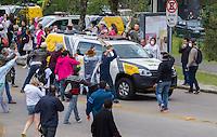 CURITIBA, PR, 29.04.2015 - PROFESSORES-PR - Durante a votação projeto de lei de Paraná Previdência, manifestantes entram em confronto com a Policia Militar em frente a Assembleia Legislativa do Paraná na tarde desta desta quarta-feira (29). A policia usa bomba de efeito moral, gás de pimenta, bala de borracha. (Foto: Paulo Lisboa / Brazil Photo Press)