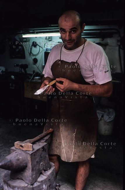 Montevecchio -Piergiorgio Malacri prepara la lama di un coltello<br /> &copy;&nbsp;Paolo della Corte