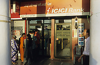 INDIA New Dehli, ICICI Bank at Connaught Circle, ATM / INDIEN Megacity Neu Dehli, Menschen am ATM Geldautomat der ICICI Bank