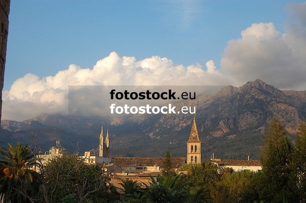 Clouds over the Tramuntana mountains which surround the valley of S&oacute;ller<br /> <br /> Nubes sobre la Sierra de Tramuntana que rodea el valle de S&oacute;ller<br /> <br /> Wolken &uuml;ber dem Tramuntana-Gebirge, das das Tal von S&oacute;ller umgibt<br /> <br /> 3308 x 2000 px