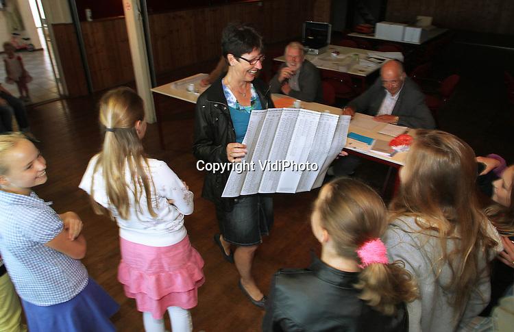Foto: VidiPhoto..RANDWIJK - Op welke partij gaat juf Jansen woensdag stemmen? Groep acht van de School met de Bijbel (SmdB) in het Betuwse Randwijk mocht woensdag mee naar het stembureau om een kijkje te nemen in de democratische keuken van Nederland. Een van de kinderen mocht uiteindelijk het stembiljet in de stembus deponeren. Deze en vorige week stonden de landelijke verkiezingen bij de SmdB centraal. De kinderen mochten op school stemmen op zelf bedachte partijen..