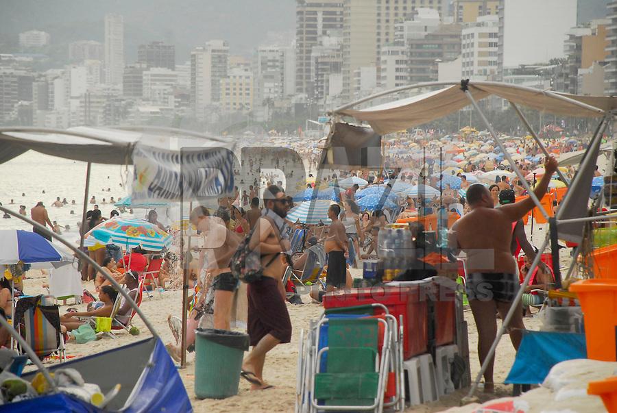 RIO DE JANEIRO, RJ, 30.12.2015 - CLIMA-RJ - Movimentação de banhistas na praia do Apoador nesta quarta-feira, 30. (Foto: Marcus Victorio/Brazil Photo Press)