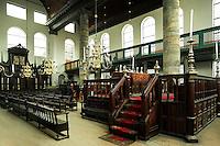 Amsterdam - Portugese Synangoge. De Portugees-Israëlietische Synagoge van Amsterdam, ook wel Esnoga genoemd, is een synagoge uit de 17e eeuw, die gebouwd werd door de Sefardische Joden. De synagoge ligt aan het Mr. Visserplein en het Jonas Daniël Meijerplein. Het interieur van de Esnoga is nooit aangepast aan de moderne tijd, waardoor het gebouw geen verwarming en geen elektrische verlichting heeft.  Voor de verlichting worden bijna 1000 kaarsen gebruikt
