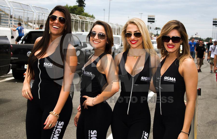 CURITIBA, PR, 14 DE DEZEMBRO 2013 –  FESTIVAL DE ARRANCADA FORÇA LIVRE - Desfile de  mulheres  durante a 20ª edição do festival de arrancada, no Autódromo Internacional de Curitiba (AIC),em Pinhais, neste sábado (14).(FOTO: PAULO LISBOA  / BRAZIL PHOTO PRESS)