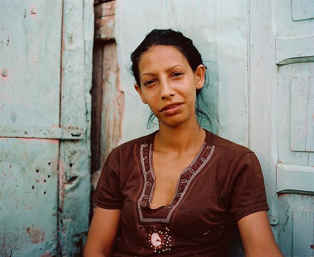 KOS / Kosovo /Mitrovica / 01.07.2009 / Portrait Fatmire, die, selbst schwerkrank, für ihre Kinder und ihre an Krebs erkrankten Eltern sorgen muss, Lager Cesmin Lug
