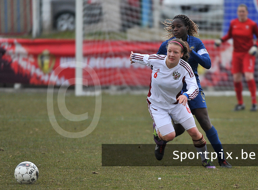 France U19 - Russia U19 :  Margarita Chernomyrdina (6) defends the ball before French Griedge M'Bock Bathy (C)..foto DAVID CATRY / Nikonpro.be