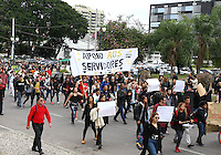 CURITIBA, PR, 30.04.2015 - PROFESSORES -PR - Estudantes realizam na tarde desta quinta-feira (30), protesto em defesa aos professores, um dia depois da repressão de manifestantes ocorrida na quarta-feira (29). Cerca de 5 mil estudantes e alguns professores participam do ato na Assembleia Legislativa do Paraná e no Palácio do Governo. (Foto: Paulo Lisboa / Brazil Photo Press/ Folhapress).