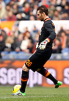 Calcio, Serie A: Roma-Genoa. Roma, stadio Olimpico, 12 gennaio 2014.<br /> AS Roma goalkeeper Morgan De Sanctis kicks the ball during the Italian Serie A football match between AS Roma and Genoa, at Rome's Olympic stadium, 12 January 2014. <br /> UPDATE IMAGES PRESS/Isabella Bonotto