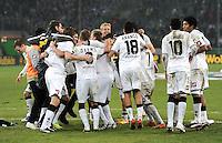 Fussball DFB Pokal:  Saison   2011/2012  Achtelfinale  21.12.2011 Borussia Moenchengladbach - FC Schalke 04 JUBEL nach dem Sieg DAS Team von Borussia Moenchengladbach Arm in Arm