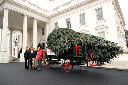 Washington, D.C. - November 26, 2007 -- First lady Laura Bush accepts the 2007 White House Christmas Tree on the North Portico of the White House in Washington, D.C. on Monday, November 26, 2007.  The tree, a 17 foot Fraser fir was grown in Laurel Springs, North Carolina.Credit: Ron Sachs / CNP