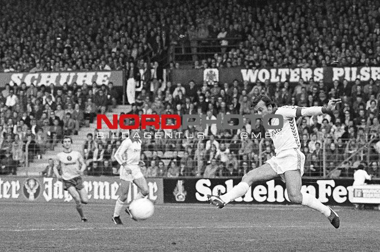BS-Bremen. Aus 1. BL Saison 1976-77 Eintracht Brauschweig gegen Werder Bremen 0:1 am 07.05.1977. Am Ball Werder Spieler ??.                                                                                                    Foto:  nph / Rust